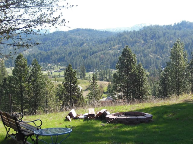 Panoramic Views, Privacy, Hot Tub, WIFI and Pet Friendly - Great for Large Groups!