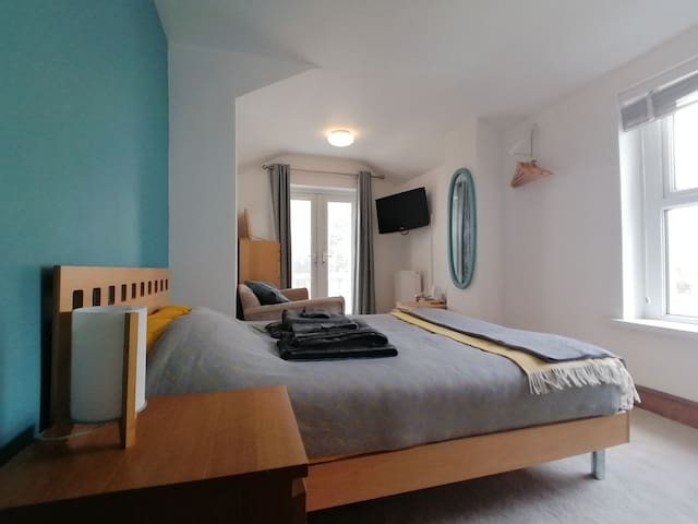Double en-suite room with living area (nr Cardiff)