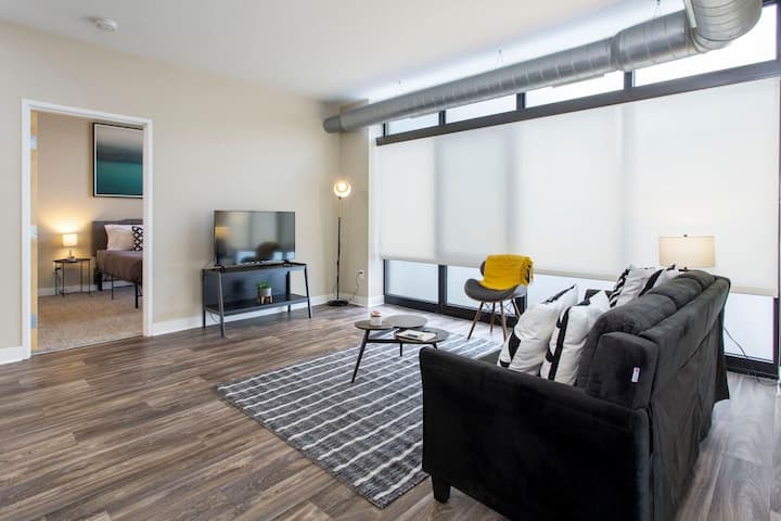 Comfortable + Open 1BR Apt near Downtown