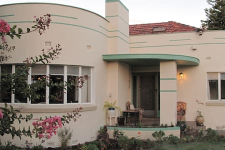 B&B Wodonga: Flamingo Room (King Bed) - Wodonga - Bed & Breakfast