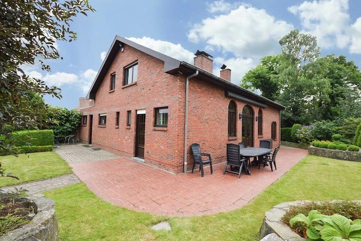 Mooie authentieke woning in het centrum van Merksplas met grote tuin.