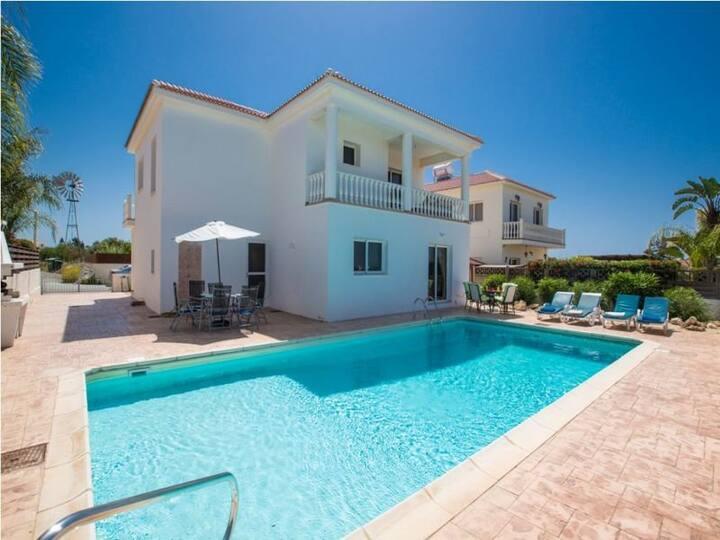 Villa with 4 bedrooms and big pool in Ayia Napa