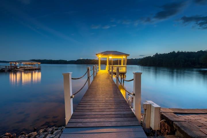 Villa Capri | Ranch style living on LAKE NORMAN! Gorgeous Lake Views - Sleeps 12
