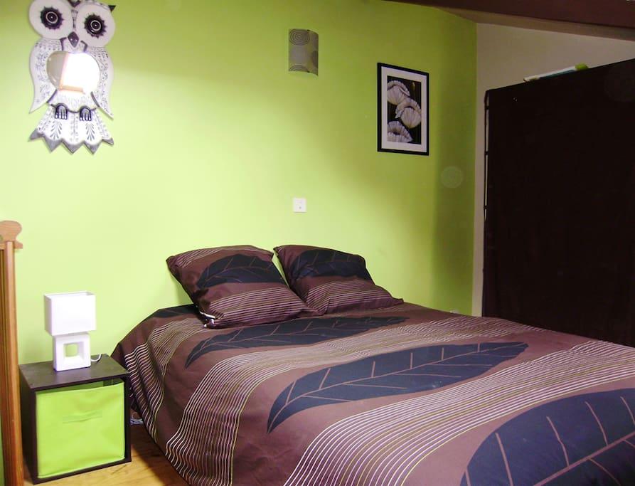 la grande chambre avec son grand lit, au 3ème étage