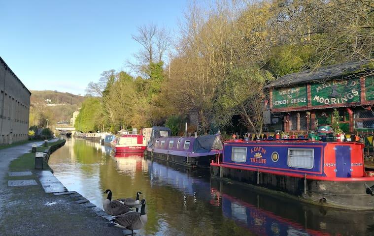 Cosy houseboat in picturesque Hebden Bridge