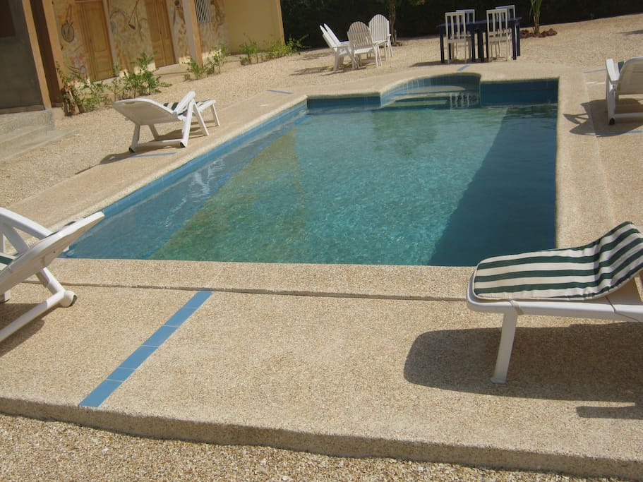 la piscine accessible aux enfants 2 niveau a partir 1.20 a 180 de profondeur .