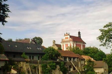 Příjemný podkrovní apartment  u Karlštejna - Tetín