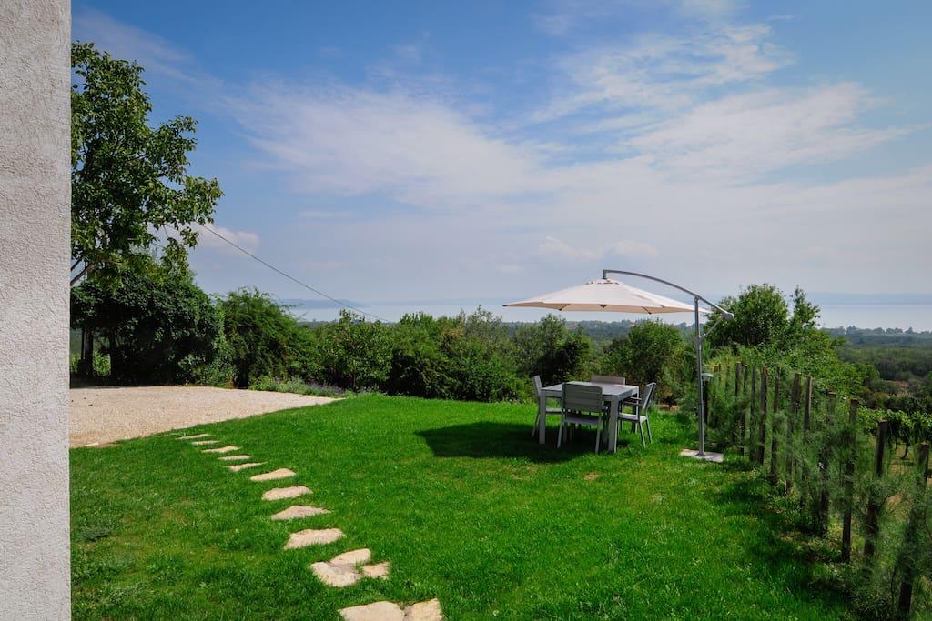 Csodálatos panoráma, saját kert napozó és borózó terasszal