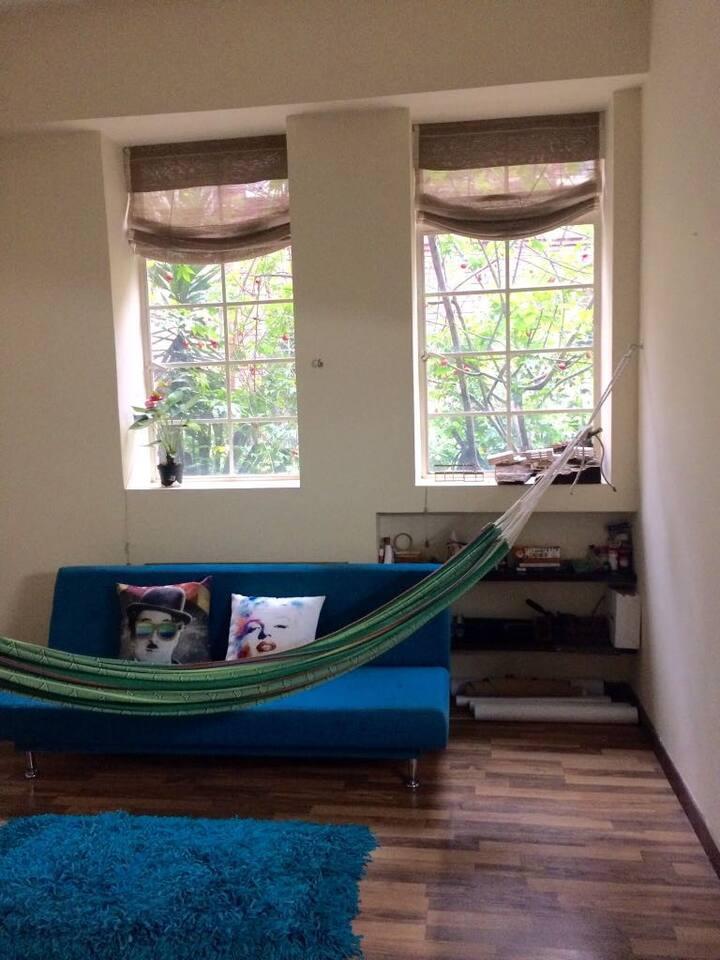 Sala con sofa cama y hamaca.