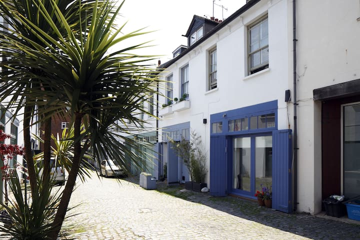 Ensuite room, lovely mews near beach, free parking - Hove - Bed & Breakfast
