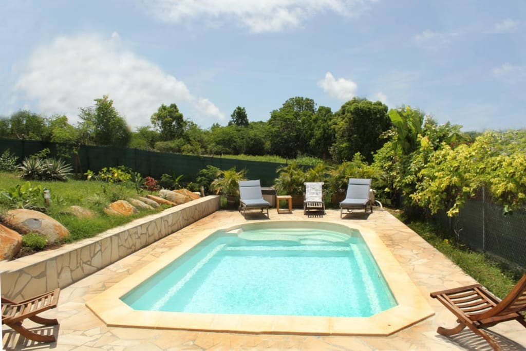 Jolie villa cr ole avec piscine houses for rent in saint for A la piscine translation