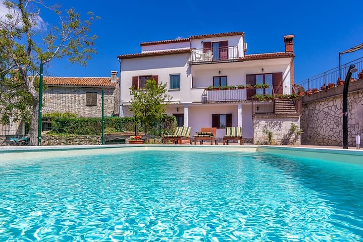 AFFORDABLE HOME WITH POOL FOR 10-14 - Kujići - Huis