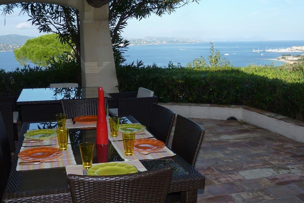Terrasse pour les repas avec vue sur le golfe