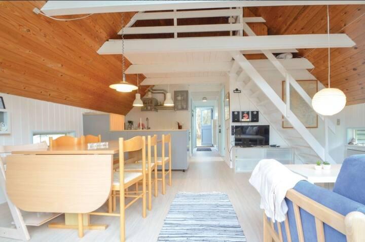 Sommerhus med udsigt over mark og Limfjorden