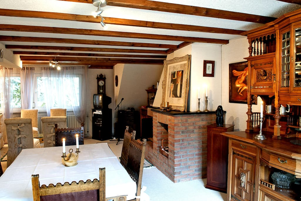 Wohn-/Esszimmer mit Karmin und Terrasse