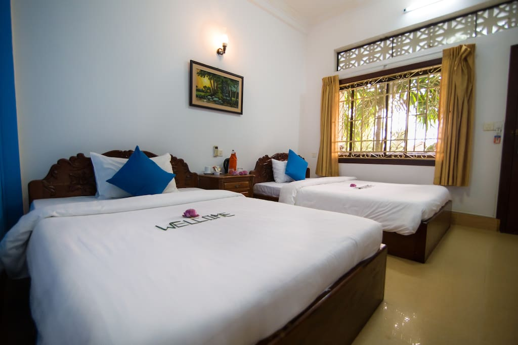 Because our Superior Twin Rooms are of a great size they are perfect for friends travelling together , the Twin Beds are extra large singles and come with comfortable mattress nice fluffy pillows and fresh linen.  All our rooms have air-conditioning and a ceiling fan , good sized bathrooms with hot showers, quality towels and toiletries.