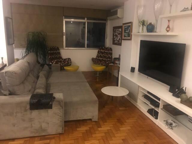 Sofá e TV da sala