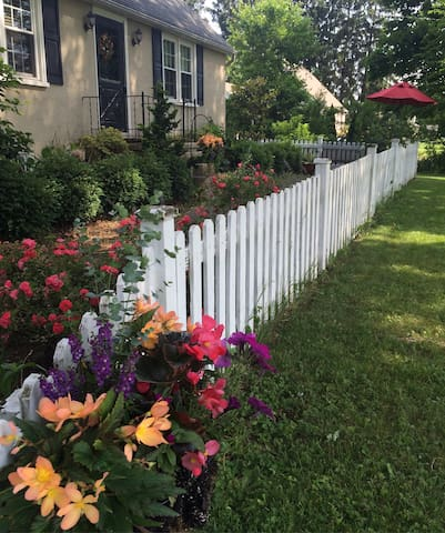 Charming Gardeners Cottage - Perkasie