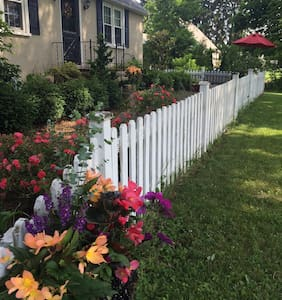 Charming Gardeners Cottage - Perkasie - House
