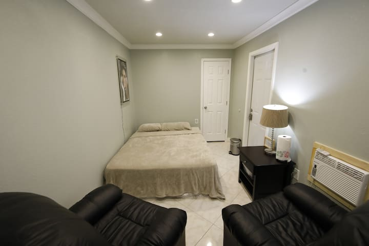Private room/separate entrance come/goes your time