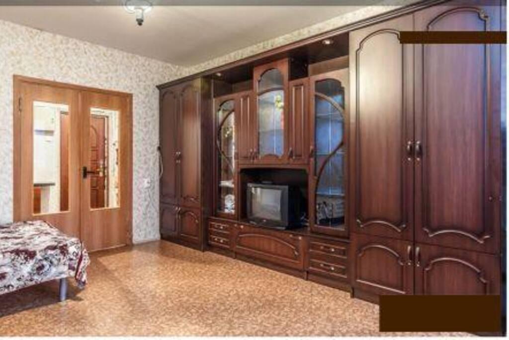 Стенка со шкафом для одежды, TV телевизор на фотографии заменен на большой , с плоским экраном.