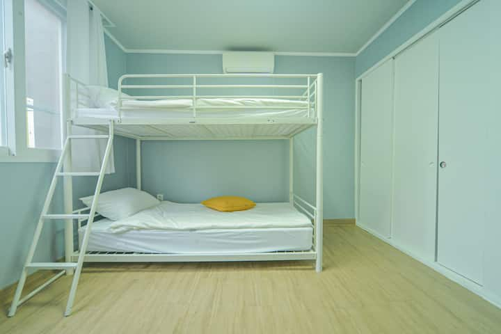 La La Sharehouse[Female Only]Bunk bottom bed