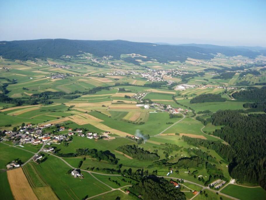 Flugaufnahme über dem Golfpark Böhmerwald mit Blick in Richtung Ulrichsberg