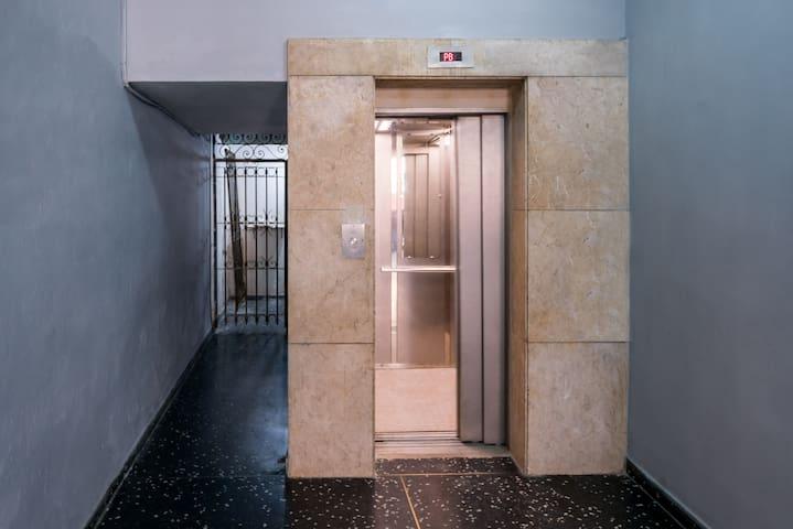 New elevator installed in 2018.    Elevador nuevo instalado en 2018.