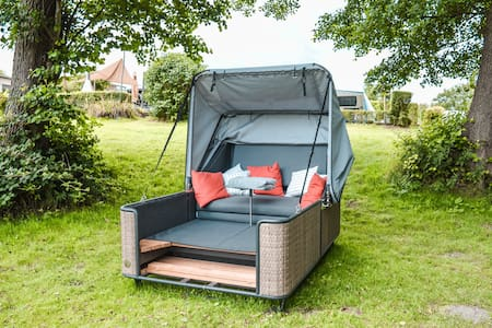 Outdoor Lounge mit Seezugang