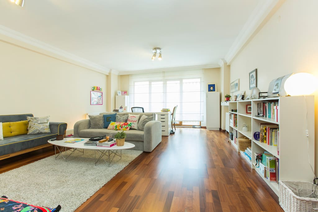 Large living room for relaxation and planning the day's visit:)