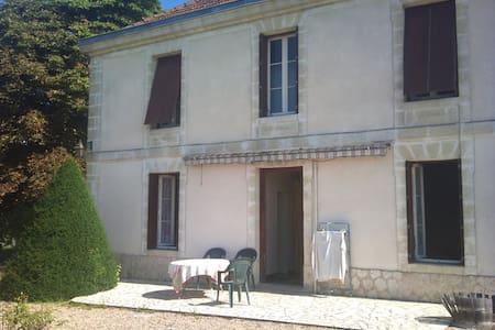 Chambre dans maison campagne - Monprimblanc