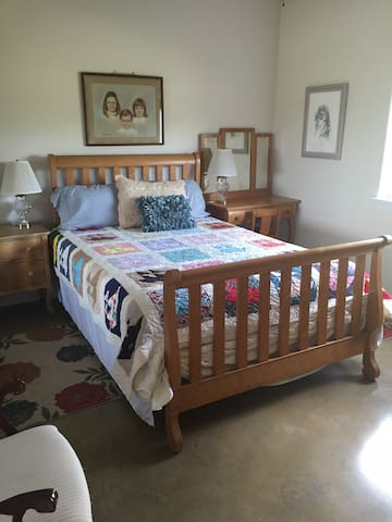 C's room/ Q bed/ east of Austin, TX - Elgin