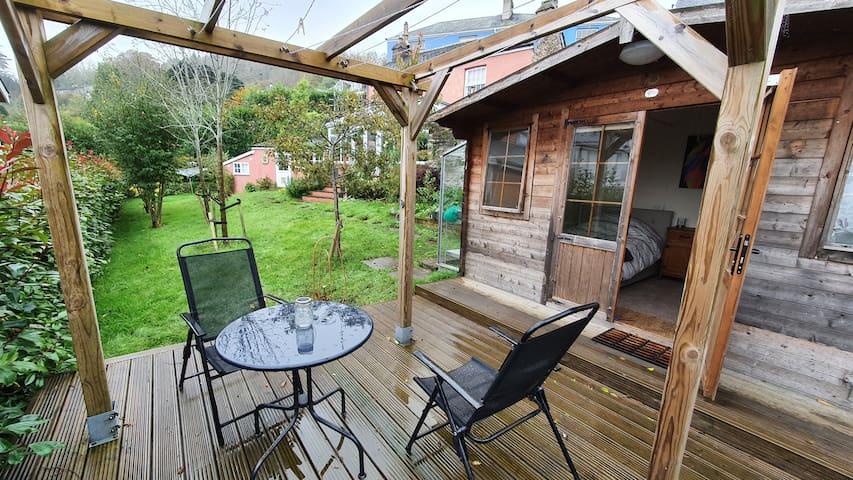 Cabin in the garden of historic Totnes home