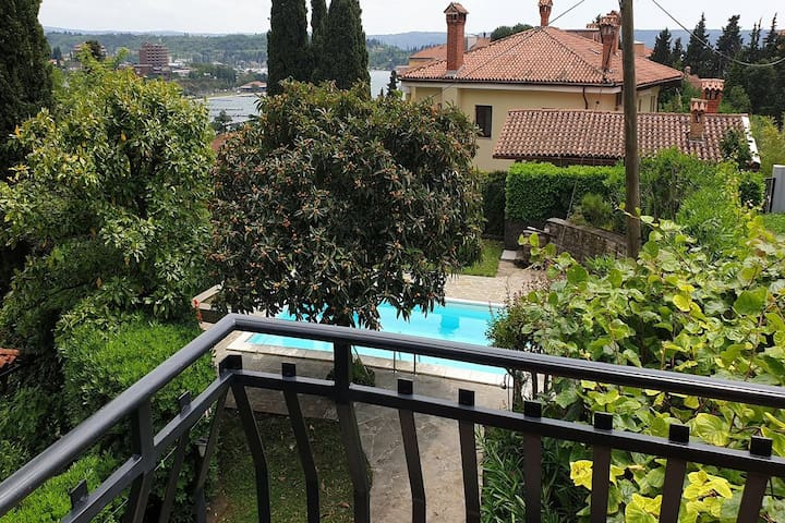 Apartment Porto, with a pool and free parking