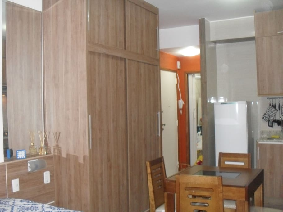 Quarto integrado a sala e cozinha. Bedroom integrated with kitchen