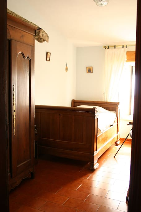 La chambre pour une personne. le lit mesure 1.20 m x 1.90 m
