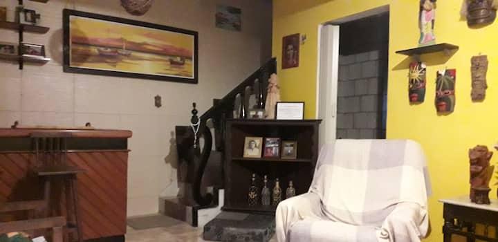 Quarto exclusivo em casa duplex bem localizado.