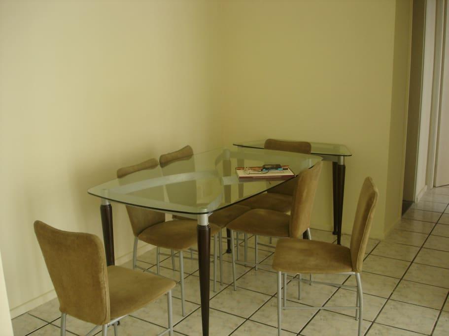 Mesa com seis cadeiras