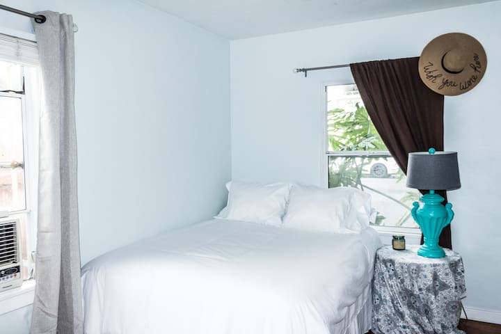 Tranquil Room in West LA - Parking Available
