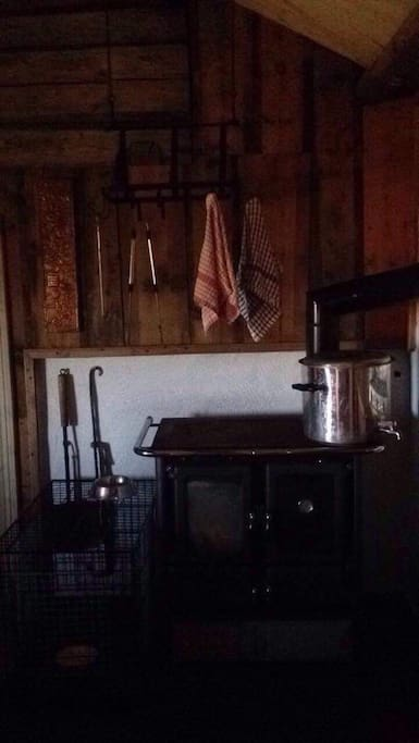 Fyringsovn som man kan steike mat i. Hundebur til liten hund.