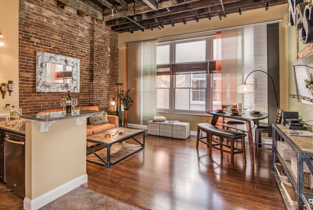 Good times loft heart of downtown sleeps 5 lofts for for Airbnb nashville