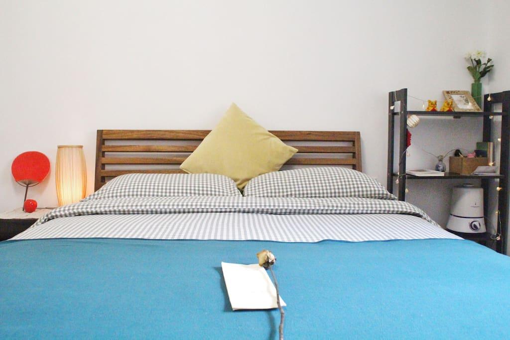 [房间内/Your room]    干净舒适的纯棉床品可以让人放下旅途的疲惫