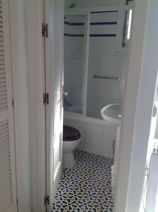 Cuarto de baño completo con suelo de azulejo sevillano