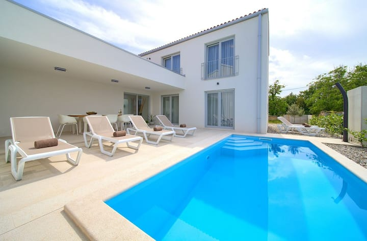 VILLA TERRA With Heated Swimming Pool & Seaview