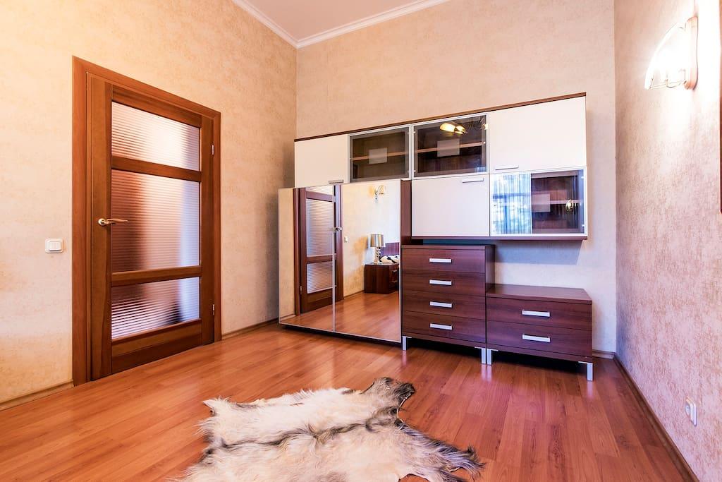Шкаф для одежды с зеркалами и полками