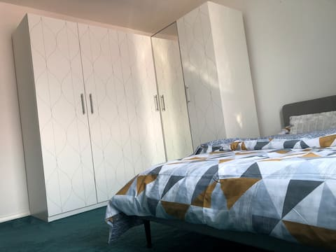 Cosy flat close to station & Heathrow airport