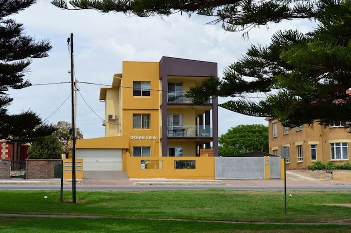GROUND FLOOR ACCROSS FROM BEACH - Largs Bay - Appartamento