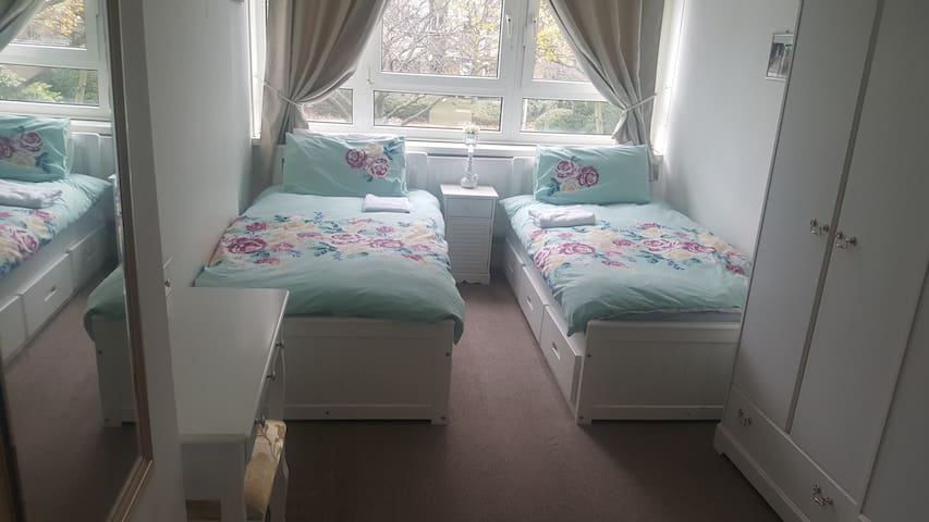 Putney High St - 2 Single beds