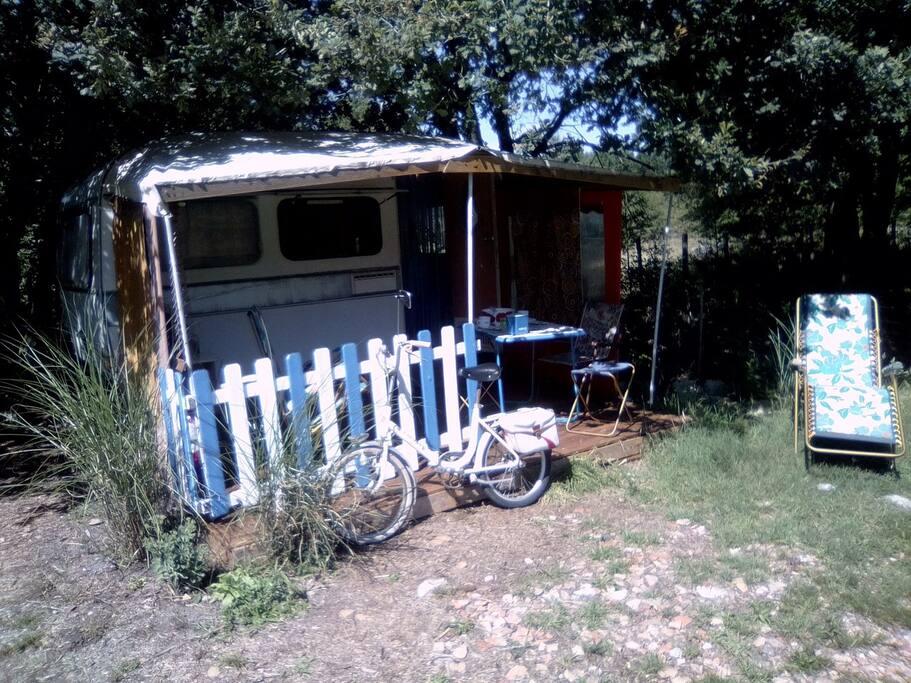 caravane avec petit coin eau pour petite toilette, lit en 120cm.