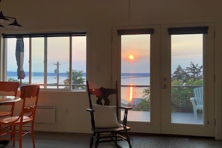 Laverne's  Sunset Cottage - View & Beach Access